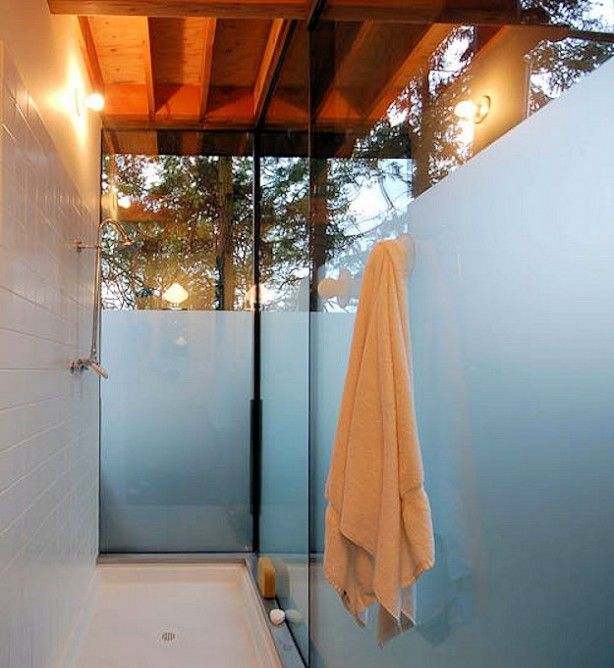 The nearly external shower facilities of Sneeoosh Cabin (Photo: Zeroplus Architects)