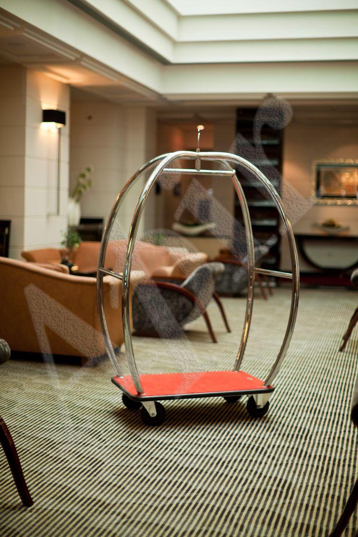 Carrello portavaligie per hotel con logo decorativo personalizzabile.