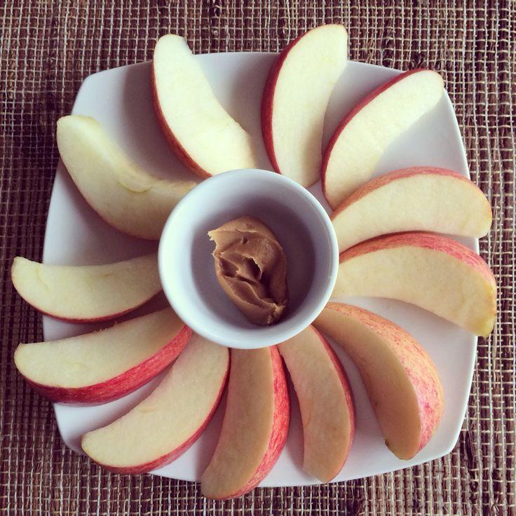 Snack time!! Manzana con una cucharada de mantequilla de mani