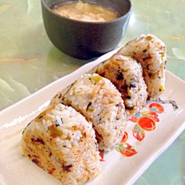 大根葉ご飯の焼きおにぎり   白菜と油揚げの落とし卵のお味噌汁 - 95件のもぐもぐ - お昼ご飯 by kikuri
