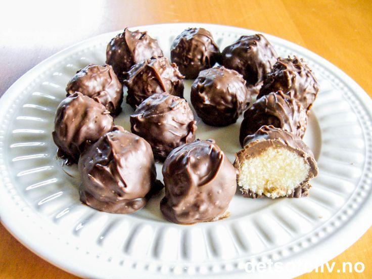 """Liker/elsker/forguder du """"Bounty"""", sånn som meg, kommer du til å DIGGE denne konfekten! """"Bountykuler"""" består av deilig kokosfyll inni og lys kokesjokolade utenpå, og smaker akkurat som ekte """"Bounty"""" - bare kanskje enda litt bedre...:-) Oppskriften gir 50 stk."""