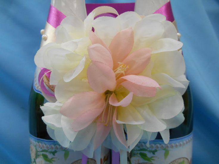 Лента на бутылки шампанского из атласа  цвета айвори и фуксии, декорированные жемчугом. Цветы хризантемы цвета слоновой кости и розового лилейника. #лента #свадьба #бутылки #шампанское #айвори #фуксия #хризантема #лилии #ручнаяработа #soprunstudio