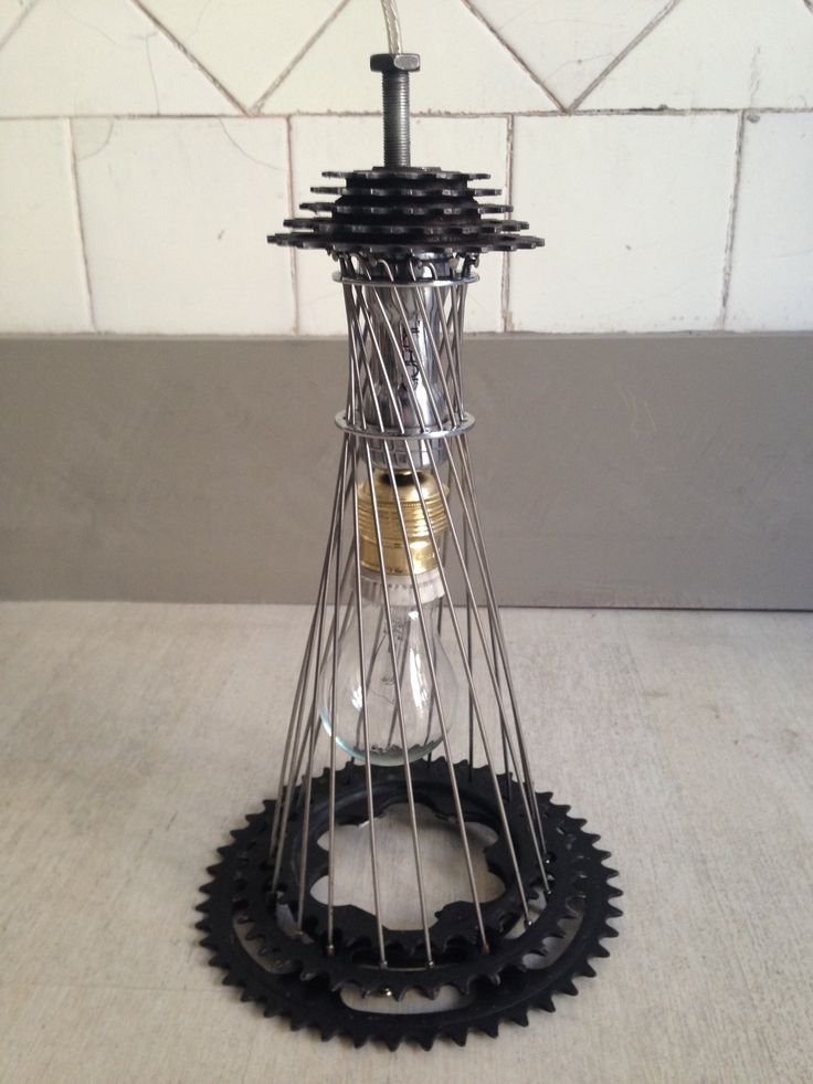 A simple lamp made out of bike parts / una lámpara simple hecha de partes de bicicletas