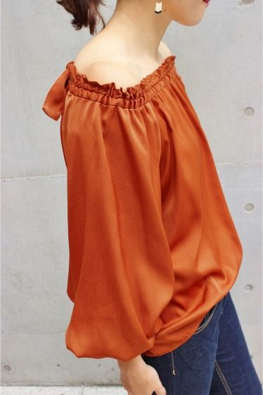 2WAY オフショルブラウス  2WAY オフショルブラウス 10800 2016AW LaTOTALITE ボリューム袖とオフショルダーデザインが今年らしいブラウス サテン素材もレトロな今年の気分にぴったりの一枚です デニムでカジュアルに着こなしたりタイトスカートやワイドボトムで大人っぽく着こなしたり オフショルダーにも普通にも袖をたくし上げたり裾をボトムインしたり様々にアレンジして着こなせます 手洗い可能のイージーケアもうれしいポイント 店頭及び屋外での撮影画像は光の当たり具合で色味が違って見える場合があります 商品の色味はスタジオ撮影の画像をご参照ください ナチュラルネイビー屋外撮影着用スタッフ身長155cm 着用サイズ フリー キャメル屋外撮影着用スタッフ身長160cm 着用サイズ フリー スタジオ撮影着用モデル身長159cm 着用サイズフリー