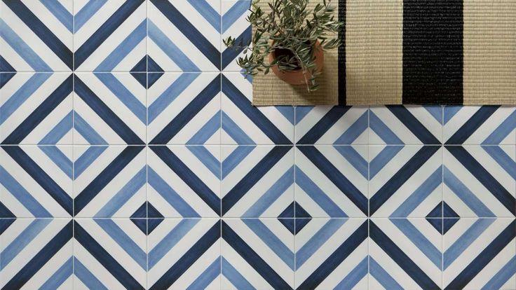 Эта коллекция - яркий представитель средиземноморского стиля. Плитка размером 22,3 см х 22,3 см изготовлена из керамического гранита. Благодаря цветовой палитре геометрических композиций, в которых белый, синий и темно-синий цвета сочетаются с имитац...
