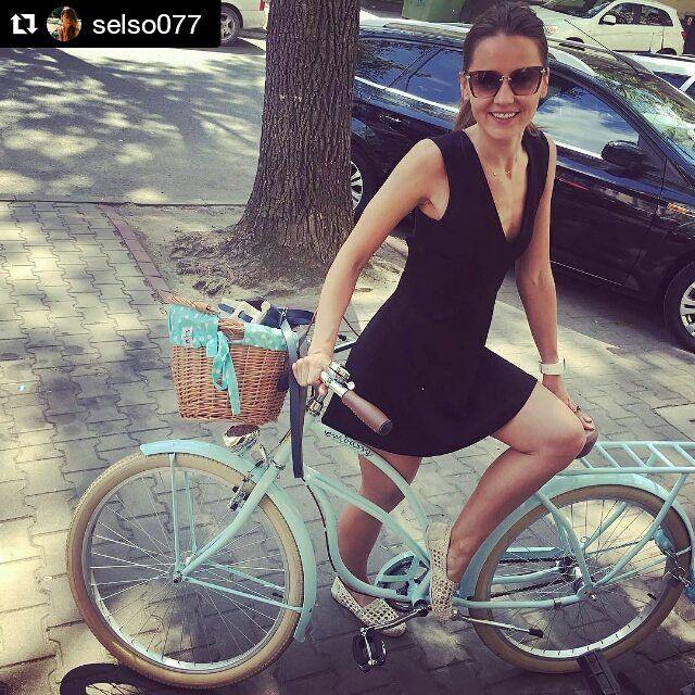 Buenos días! Fresquitos y con mucha energía empezamos neuva semana ✌ El la foto bicicleta la BREZZA de la casa #Embassy disponible en nuestra tienda online  www.favoritebike.com Repost @selso077 ・・・ Now. A perfect time of the year. #buenosdias #favoritebike #buendia #lunes #bicicleta #fitgirl #fashion #blackdress #fashion #traveling #instadaily #beauty #biciclasica #ciclismo #bicycle #loveit #primavera #healthy #picoftheday #bici #mybike #spain #pedalear #chic