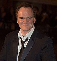 Quentin Tarantino, né en 1963 à Knoxville dans le Tennessee, est un réalisateur, scénariste, producteur et acteur américain. Il s'est fait connaître au début des années 1990 en tant que réalisateur de films indépendants.  On le reconnaît pour sa narration postmoderne et non linéaire ainsi que pour ses scènes hautement esthétiques mais d'une violence extrême inspirées de films obscurs (Reservoir Dogs , Pulp Fiction, Jackie Brown, Kill Bill : Volume 1 et 2, Inglourious Basterds).