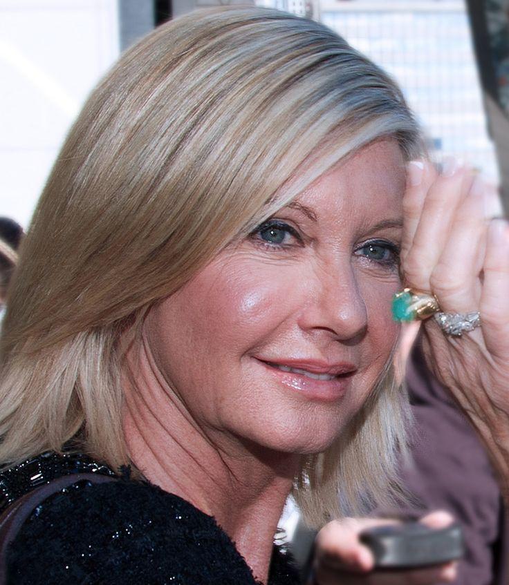 Olivia Newton-John 26-09-1948 Britse, Australische zangeres en actrice. Als actrice kreeg Newton-John grote bekendheid in de film Grease (1978), waarin ze de hoofdrol vervulde naast John Travolta. Vanaf 1996 woonde Newton-John samen met cameraman Patrick McDermott, die in 2005 op mysterieuze wijze verdween tijdens een vistrip. Sinds 2008 is ze getrouwd met zakenman John Easterling. In 1992 kreeg Newton-John borstkanker, waarvan ze volledig is hersteld.  https://youtu.be/7oKPYe53h78