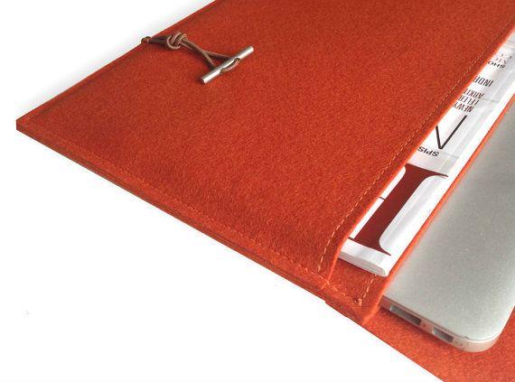 De laptoptas is een met liefde voor detail handgemaakte en op maat gemaakte voor uw Mac Air 13 van stevige 100% wol van de eco-vriendelijke voelde die kleuren oranje, natuurlijke beige en natuurlijke grijs beschikbaar is (kleurselectie zie foto).  De zak heeft bovendien een tweede, grote compartiment voor de opslag van documenten. De dubbele voorpagina (4 mm) de zak, extra sterk-bescherming geeft uw MacBook.  De tas is voorzien van een elegante, kleurrijke rubber koord (0,3 cm) schepsel (zie…