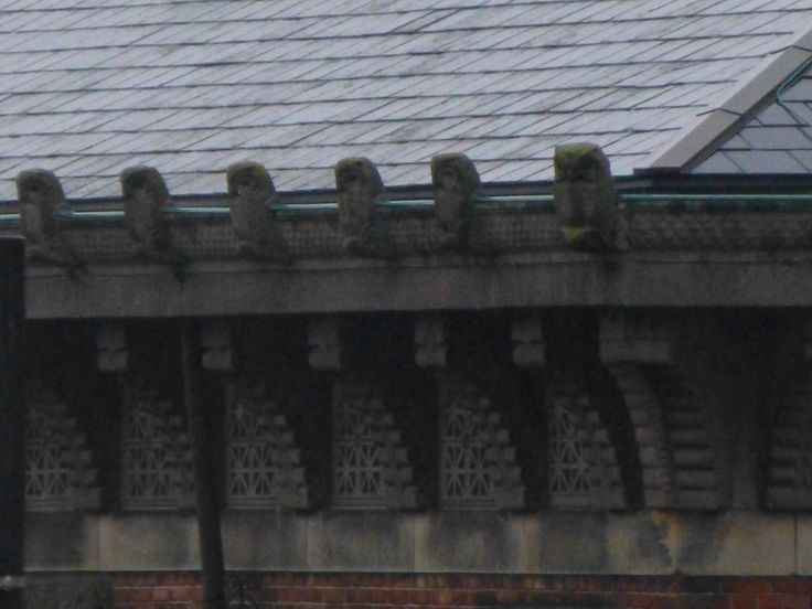 Detalje fra erhvervsarkivet: ugler langs med taget
