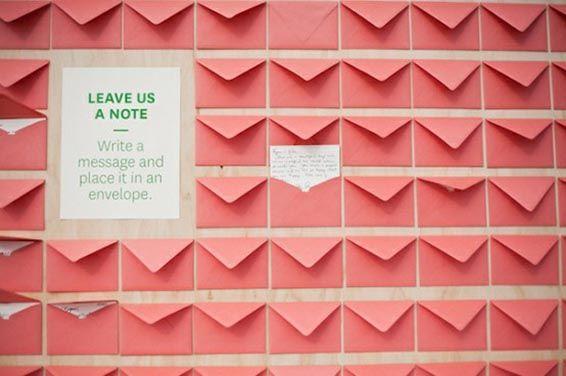 Gastenboek van kleine envelopjes met een boodschap van de bruidsgasten