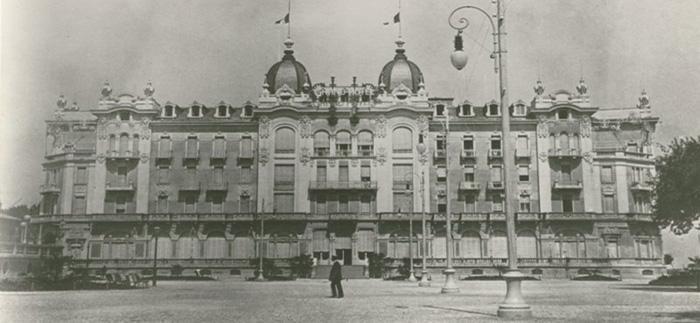 L'edificazione del Grand Hotel di Rimini, su progetto del celebre architetto sudamericano Paolo Somazzi, iniziò nel 1904, con il finanziamento della Società Milanese Alberghi, Ristoranti e Affini, che agli inizi del Novecento diede una svolta al concetto di vacanza a Rimini, trasformandola in una delle più belle spiagge Europee. Il Grand Hotel fu inaugurato il 3 luglio 1908, e ben presto, con la sue duecento camere, gli ampi
