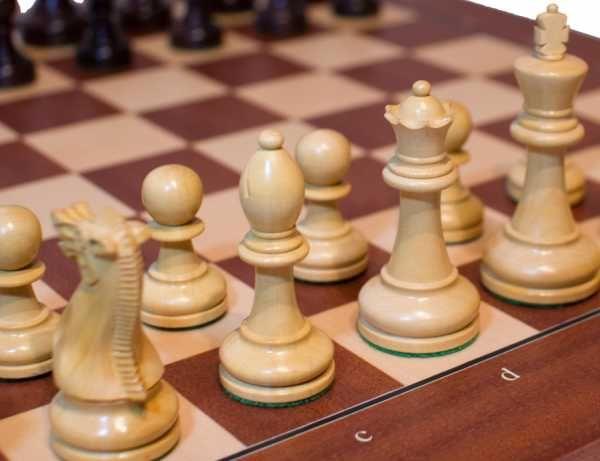 """<h2>Dette er settetdu velger om du er opptatt av kvalitet og et utseende som er utrolig godt gjennomført. De aller beste sjakkbrettene er laget i Spania og de beste sjakkbrikkene er laget i India. Med dette settet får du da den perfekte kombinasjonen!Bretteter laget av Mahogny og er produsert aven anerkjent spansk produsent. Sjakkbrikkene er laget av Rosewood og er produsert i India. Vi anbefaler å kjøpe <a href=""""http://www.sjakkbrett.n..."""
