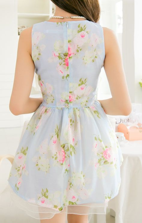 This dress looks so elegant. Perfect for a summer garden party. The colours are so pretty!