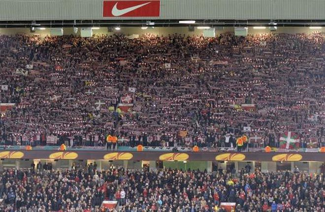 Goosebumps in Old Trafford by Athletic Club de Bilbao supporters. (12')