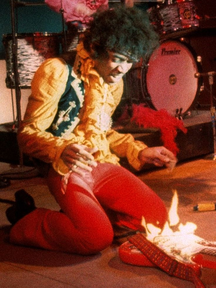 Jimi Hendrix on fire. Photo: Jim Marshall. Veja também: http://semioticas1.blogspot.com.br/2013/05/hendrix-3000.html  And this is how Jimmi does happy birthday