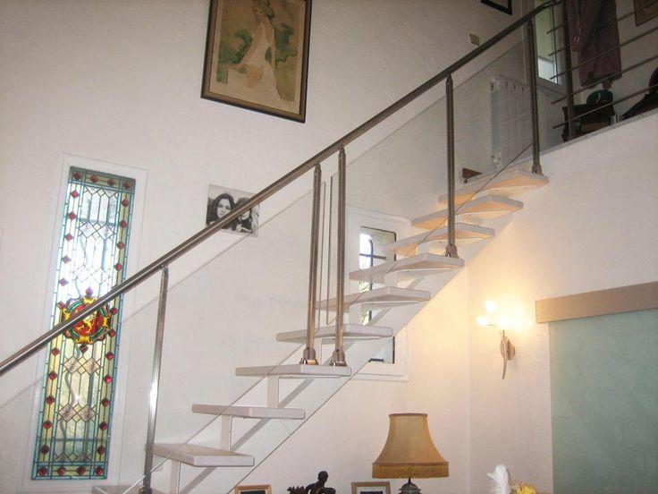 Sur ce chantier, le client souhaitait remplacer son escalier colimaçon en bois qu'il trouvait démodé, pour apporter un peu de modernité et surtout de luminosité dans sa salle à manger. Pour répondre à ses attentes, un escalier blanc a été installé. Pour conserver encore plus de luminosité, les garde-corps sont en verre. La modernité est …