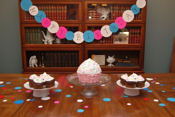 polka-dot-cupcake-birthday-decor