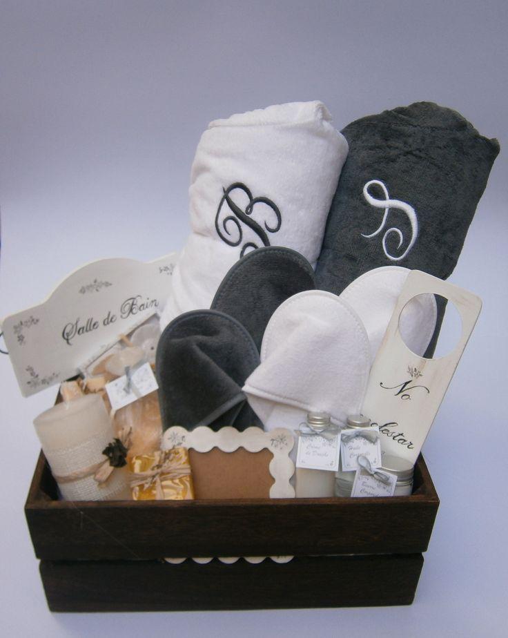 Cesta Spa para recién casados con zapatillas y albornoces bordados. www.loskitsdemomentips.com