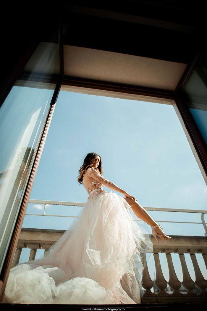 Window bride must have wedding portrait #grabazei #weddingphotoideas #bridalportrais #bridalpreparations Top 27 de idei pentru nuntă ale mirilor noștri din sezonul 2017 – Grabazei Photography