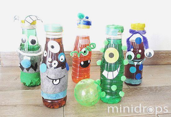 Benötigt werden: ✓ leere 0,2-0,5l Plastik-Flaschen ✓ Masking Tapes, Klebepunkte, Monsteraugen u.ä. Bastelzubehör ✓ Klebe, Schere, Lebensmittelfarbe Vorbereitung: Die Flaschen mit dem Bastelmaterial bunt bekleben, so dass lustige Monster entstehen. Zum Schluss etwas Lebensmittelfarbe in die Flaschen geben und mit Wasser auffüllen. Danach gut verschließen. Nun die Flaschen in zwei Reihen aufstellen und die Spieler …