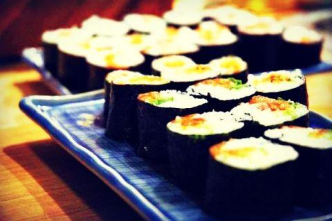Σπιτικά σούσι! Περιγραφή Το Maki sushi περιέχει φέτες από ψάρι και ζαρζαβατικά τυλιγμένα με ρύζι και περιτυλιγμένα με τραγανά, λεπτά φύλλα από φύκη.  Υπάρχουν πολλοί συνδυασμοί που και ο πιο άτολμος μπορεί να απολαύσει - καπνιστός σολομός, φρέσκο καβούρι ή γαρίδα.  - See more at: http://www.syntagessas.gr/?q=%CF%83%CF%85%CE%BD%CF%84%CE%B1%CE%B3%CE%B5%CF%82/%CF%83%CF%80%CE%B9%CF%84%CE%B9%CE%BA%CE%AC-%CF%83%CE%BF%CF%8D%CF%83%CE%B9#sthash.18CdFXEj.dpuf