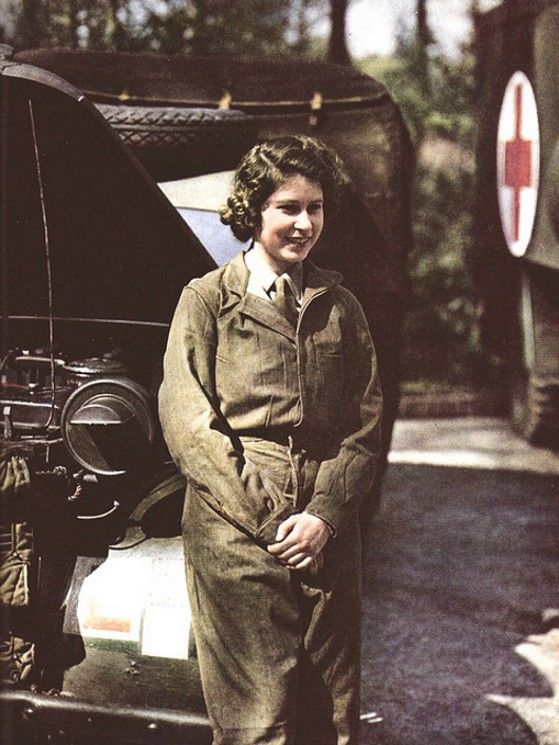 La princesse Elizabeth, future reine d'Angleterre, ici en tant que ATS (Auxiliary Territorial Service) conductrice d'ambulance.
