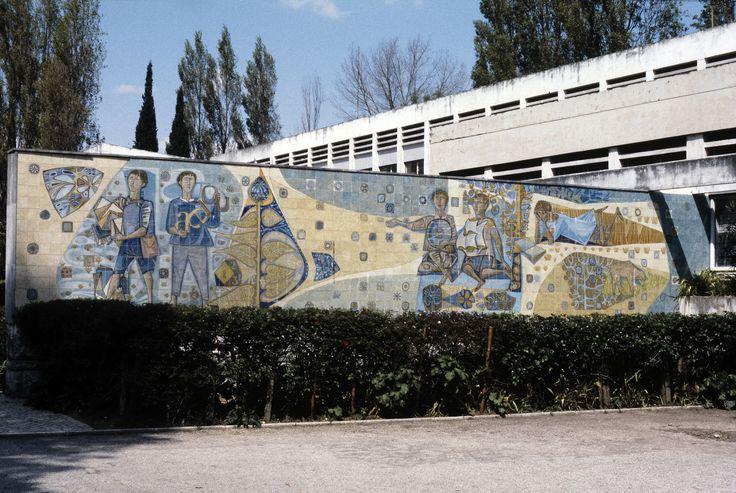 Querubim Lapa | Lisboa | Escola Básica Querubim Lapa / Querubim Lapa Elementary School | 1956 [© Ana Maria Almeida / Biblioteca de Arte - Fundação Calouste Gulbenkian] #Azulejo #AzulejoDoMês #AzulejoOfTheMonth #QuerubimLapa #Lisboa #Lisbon
