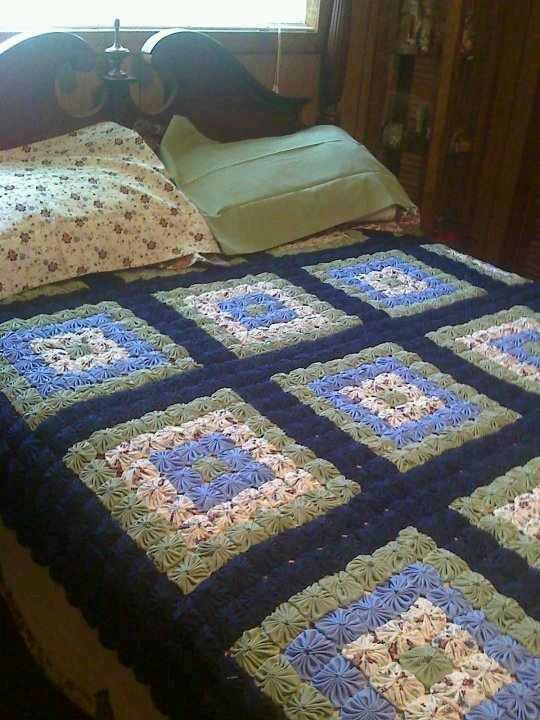 A pretty yoyo quilt by Lisa Gaskin.