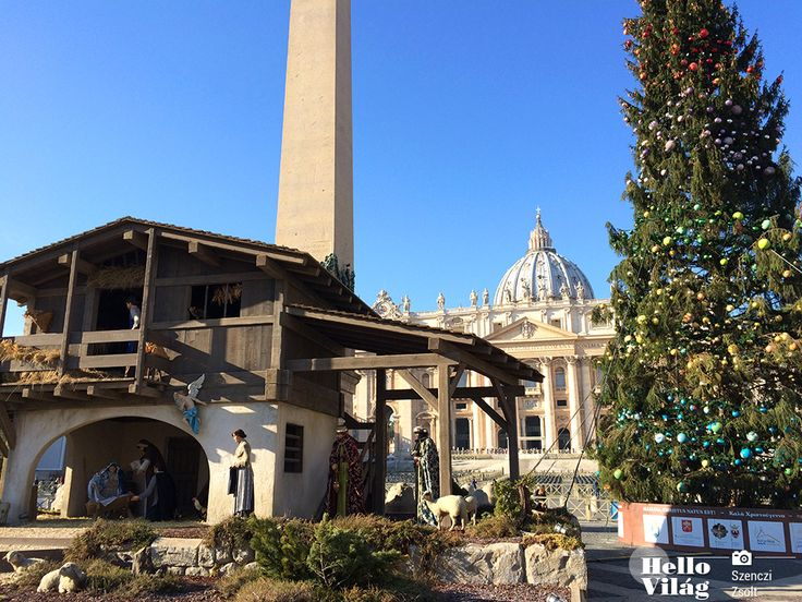 A Szent Péter tér közepére került Trento megye adománya: Jézus születését jelenítik meg huszonnégy fából faragott ember nagyságú szobor segítségével. A szobrok ruhái a múlt század közepének hagyományos trentinói népviseletét elevenítik fel.