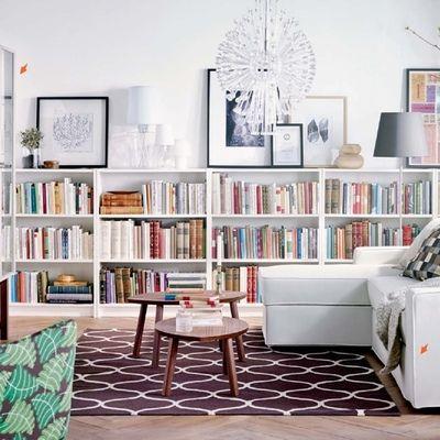 salón con estanterías blancas