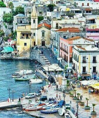Het dorpje Lipari lijkt wel een schilderij. Ontdek het tijdens een roadtrip door Sicilië, Italië.