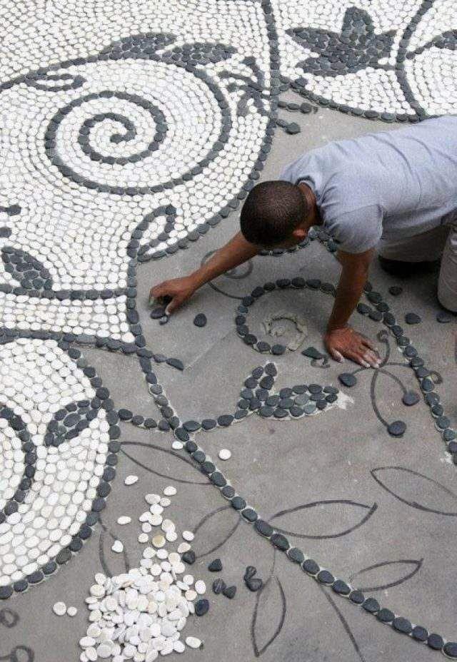 allée de jardin à faire soi-même : mosaique de galets blancs et gris pour embellir l'espace extérieur