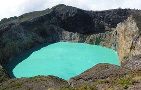 Keli Mutu, Indonézia Az elhunyt szüzek és kisgyermekek egy másik, jóval halványabb zöld színű tóban találnak nyugvóhelyet.