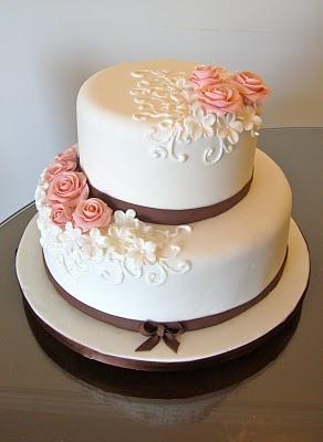 Bolo branco com detalhes marron e rosa redonda . #bolo #casamento