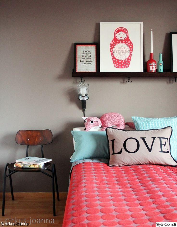 Harmaa seinä on hyvä tausta värikkäille tekstiileille. Kirkas koralli toimii kivana kontrastina hempeälle vaaleansiniselle.  #styleroom #inspiroivakoti #bedroom #pastels #babyblue #coral Täällä asuu: Cirkus-joanna
