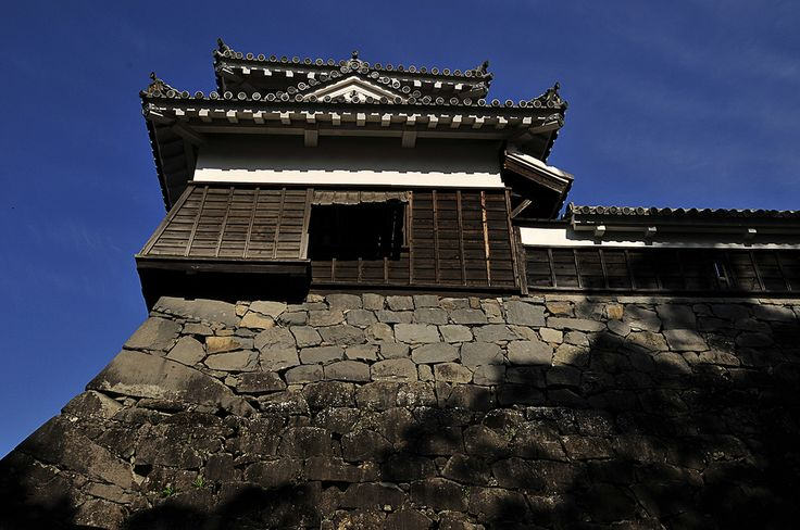 For a trip to Kyushu, the imposing Kumamoto Castle is one sight not to be missed. The castle is a 15 minute street car ride from Kumamoto Station or a 40 minute bus ride from Kumamoto International Airport. Special thanks to SIA Kyushu office, SPH Magazines and JTB Kyushu for the arrangement