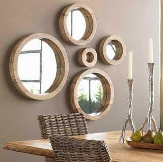 Revestidos com espelhos circulares, os nichos em madeira decoram com requinte e dão amplitude ao ambiente.