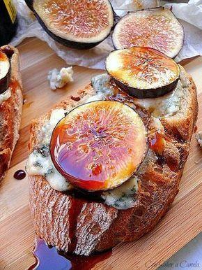 Soy una apasionada de los higos, del queso azul y por supuesto del pan, y parece mentira que con la combinaciòn de estos ingredientes podam...