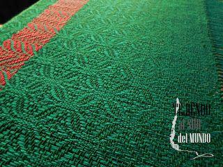 Centro de mesa verde navidad en el telar. Christmas runner in loom.