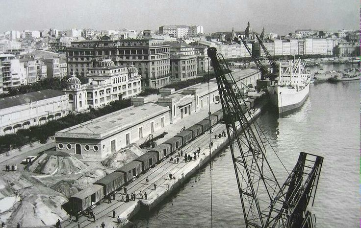 Puerto de La Coruña con la antigua estación marítima.