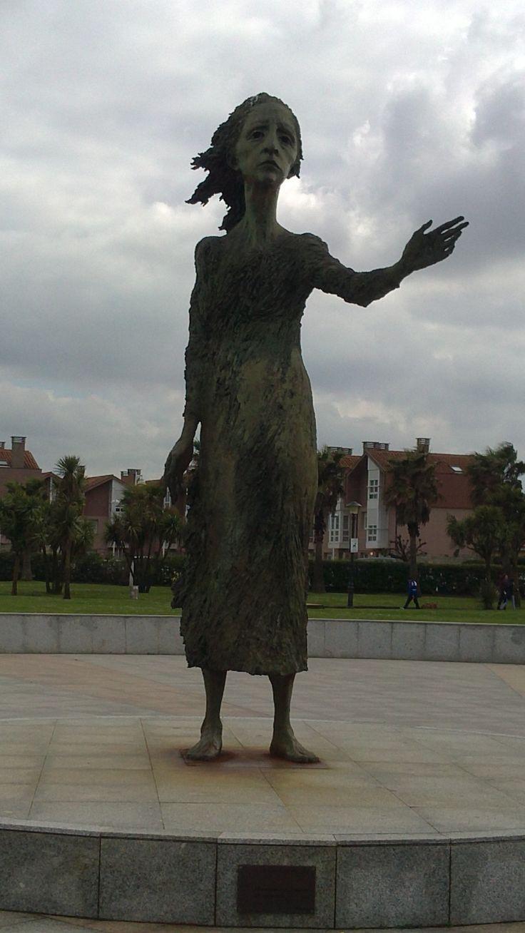 La Madre del Emigrante de Ramón de  Muriedas, en el Rinconín #Gijon #Asturias