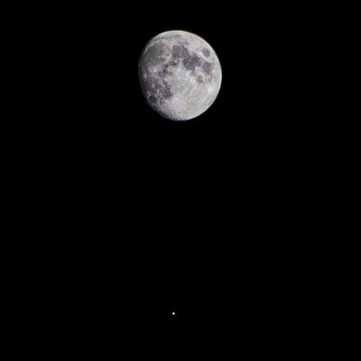 Quella che state vedendo e che ho appena fotografato è la congiunzione tra la Luna e Giove.  Proprio in queste ore la sonda Juno che dall'anno scorso sta gironzolando sulla stella mancata ci sta inviando informazioni nuove su Giove che sembrano del tutto in antitesi con quello che inizialmente si pensava sul pianeta più grande del Sistema Solare.  Il prossimo 19 Maggio Juno effettuerà un nuovo sorvolo del pianeta nella zona della Grande Macchia Rossa un luogo dove imperversa una tempesta da…