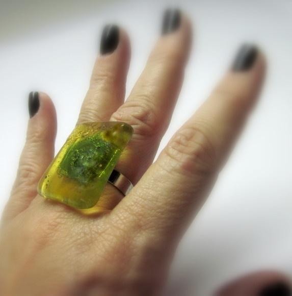 ANEL DE VIDRO  vidro importado  âmbar transparente / verde   Base metal n 20 -  ajustável   2,5 x 3 cm    MAIS ANÉIS DE VIDRO EM:  http://www.elo7.com.br/glassbijoux/  .  . R$29,00