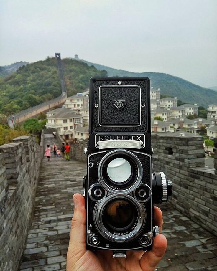 There was a Great Wall TLR manufactured in China but this certainly isn't it! This Rollieflex 2.8 belongs to @dkimg and is certainly all German. Two icons in one photo. #cameracult #rolleiflex #rolleiflex28 #tlr #filmcamera #greatwall #china #mediumformat #cameraporn #analog #shootfilm #filmisnotdead