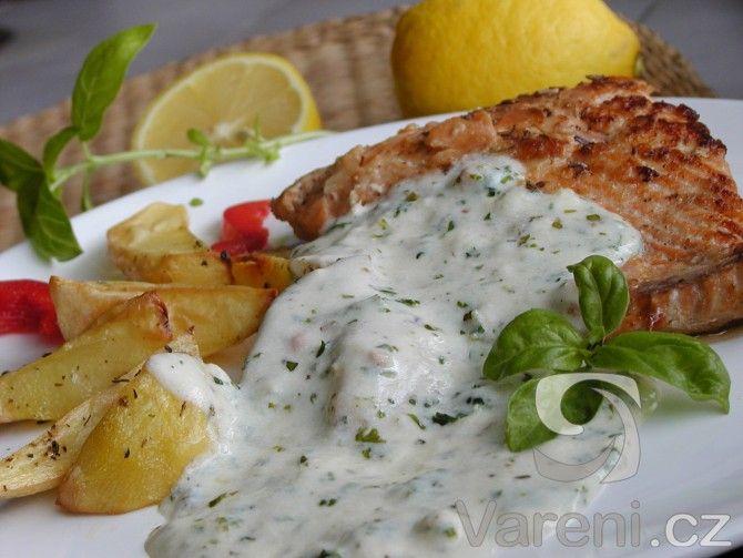 Křehké maso z lososa s jemnou bylinkovou omáčkou Vás určitě nezklame.