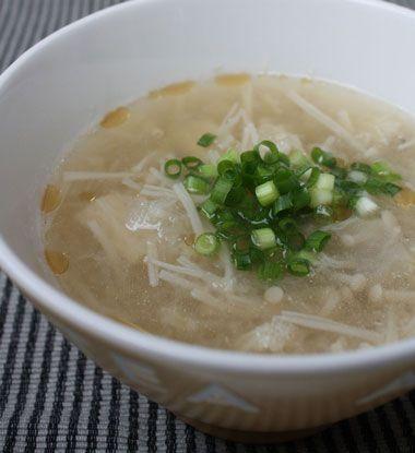 生姜と大根おろしのポカポカみぞれスープ     ≪材料(2人分)≫  生姜:2かけ 大根:10㎝分 えのき:1袋 鶏がらスープの素:小さじ2 水:500CC 塩コショウ:適宜 醤油:小さじ1/2 酒:小さじ1 青ネギ:適宜 ごま油:少々    ≪作り方≫  1.生姜と大根は、皮をむき、それぞれすりおろしておきます。(おろし汁は絞らないようにしてください。) 2.えのきは根元を落としてザク切りにし、青ネギは小口切りにしておきます。 3.鍋に水・酒・鶏がらスープの素を入れて火にかけ、沸いてきたらえのきを加えます。 4.ひと煮立ちしたら生姜と大根おろしを汁ごと加え、塩コショウ・醤油で味を調えます。 5.火を止め、仕上げにごま油少々加えます。 6.器に盛り、青ネギを彩りで散らします。