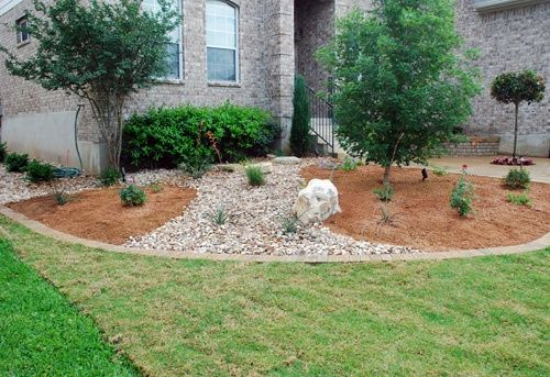 Rock and mulch landscape ideas river rock and mulch bed for River rock garden designs pictures