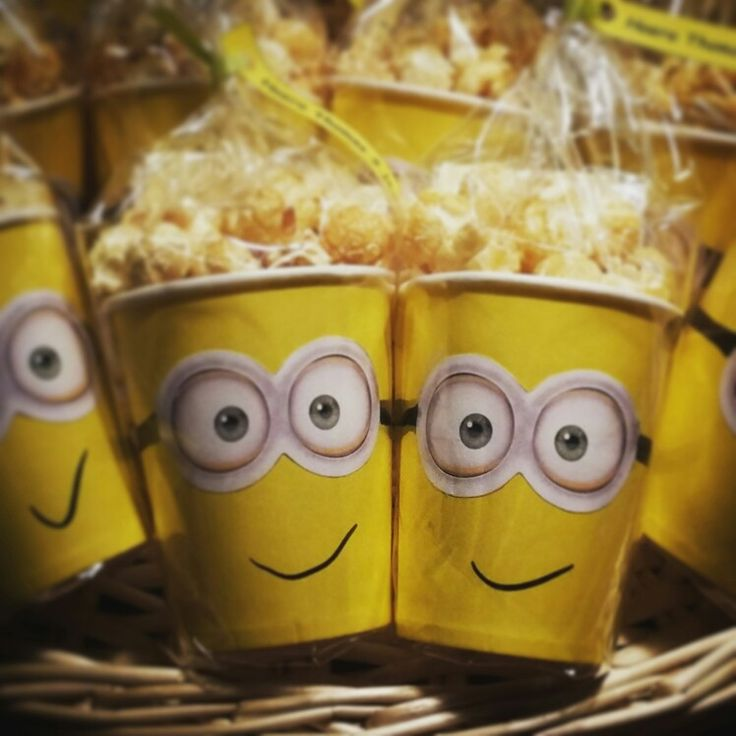Minions traktatie.  Beker gevuld met popcorn en een klein cadeautje.