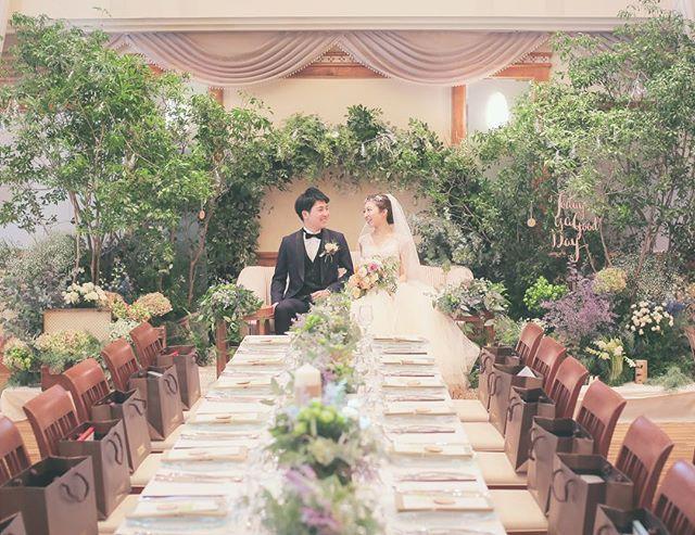 高砂装花 † 全体正面からは、こんな感じです^^♡ † 最近 椅子も変わって、引出物袋も持ち込んだので 主張しすぎず、いい感じに馴染んでくれました* † 緑の香りも、会場全体に広がっています☺️ † † そんな今日は、お互いの両親と6人で、 結婚式の打ち上げです✨ † 4人の親には本当に頼りまくりだったので、式を通して、両親同士もより仲良くなった気がします♡ † お礼として、 お互いの母親にはウェッジウッドのティーポットの オーナメントを(どちらも、毎年ツリーを飾るので) 父親には、バカラの2016年グラスを渡します † みんながいつまでもこの日を思い出して、 ほっと心があたたまりますように*・○ † † #高砂 #結婚式 #ウェディング #高砂ソファ #ハナコレ #ウェディングニュース #ウェディングドレス #高砂装花 #装花 #晩餐会スタイル #ゲストテーブル装花 #タキシード #marry #hira1126 #ソファ高砂